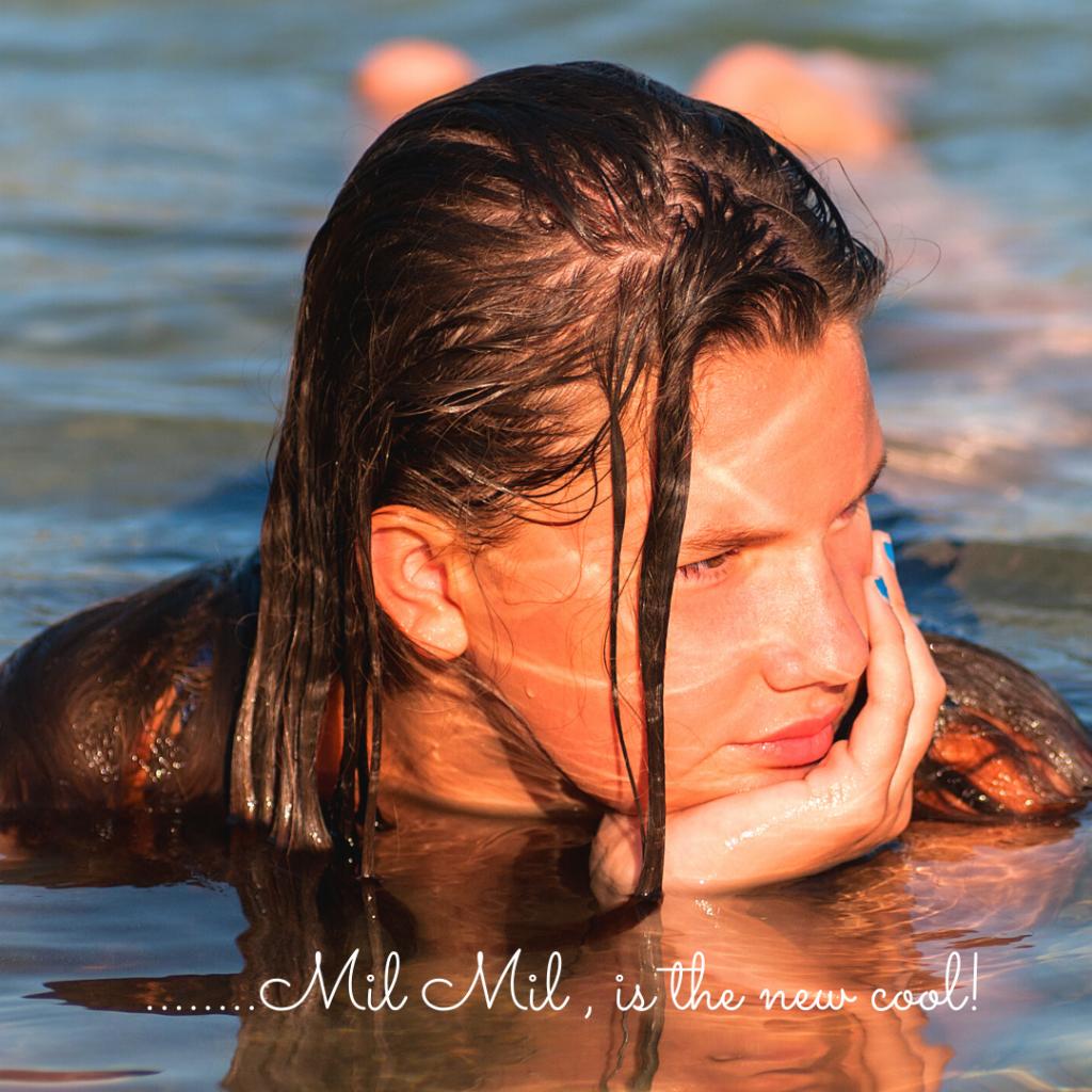 Bella ragazza al mare.